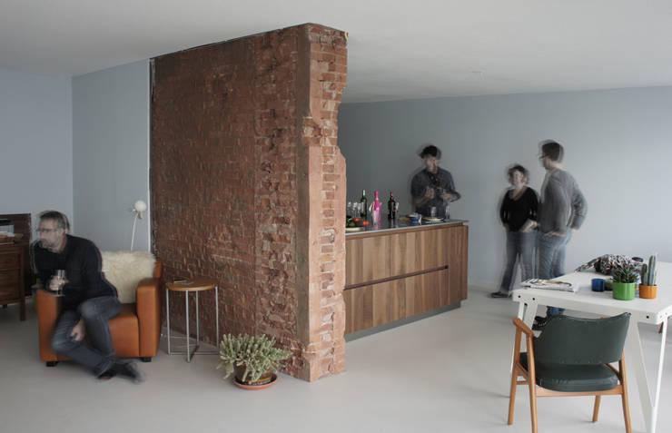 Verbouwing loft amsterdam:  Woonkamer door RAW architectuurstudio