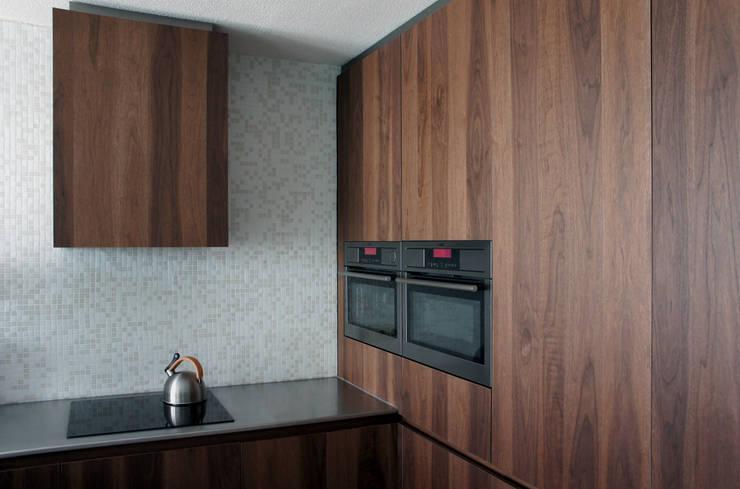 Verbouwing loft amsterdam: minimalistische Keuken door RAW architectuurstudio