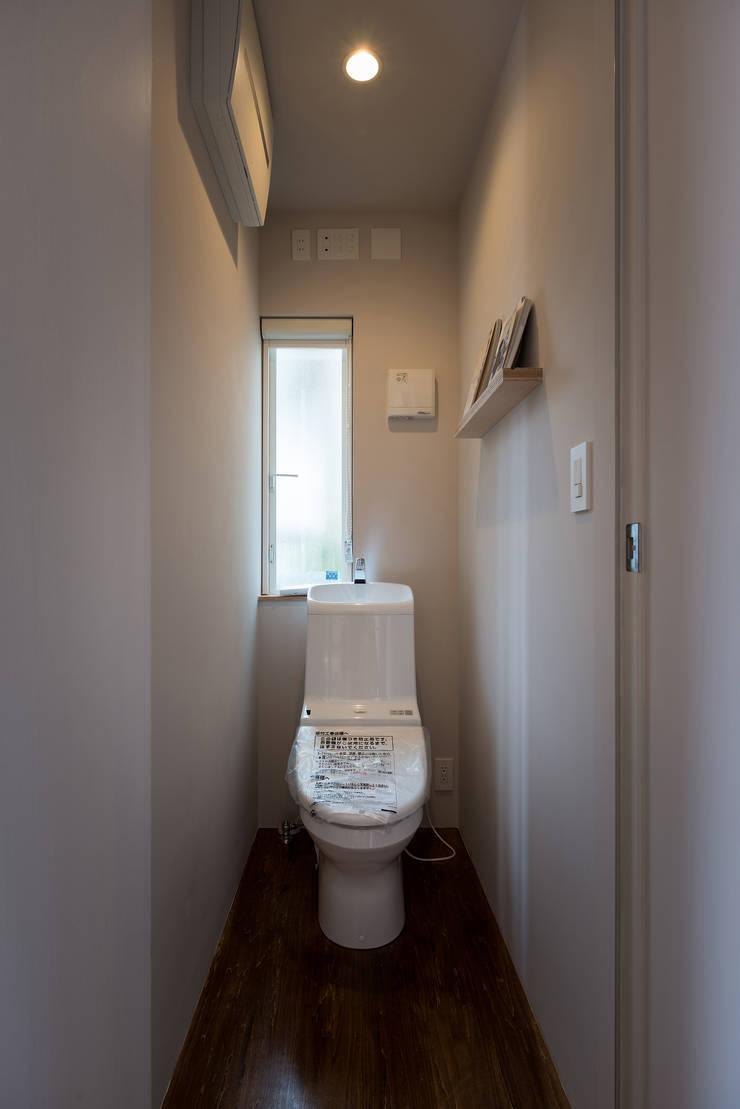 スマートなトイレ: エンジョイワークス一級建築士事務所が手掛けた浴室です。