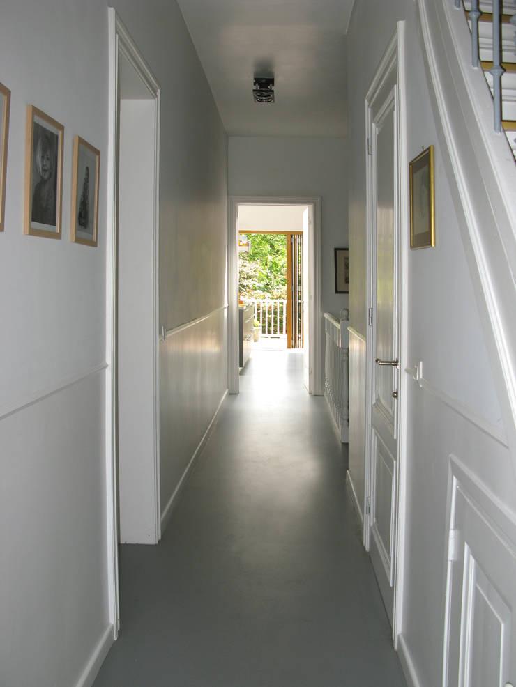 Pasillos, vestíbulos y escaleras de estilo ecléctico de Boks architectuur Ecléctico