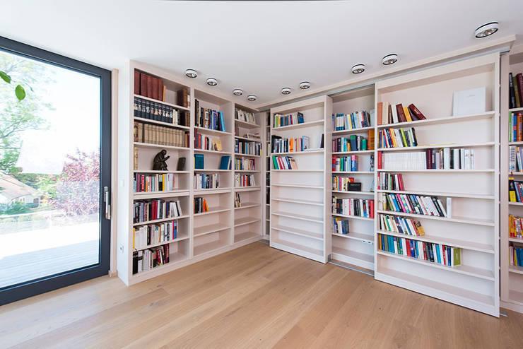 Ruang Keluarga Klasik Oleh DESIGNWERK Christl Klasik