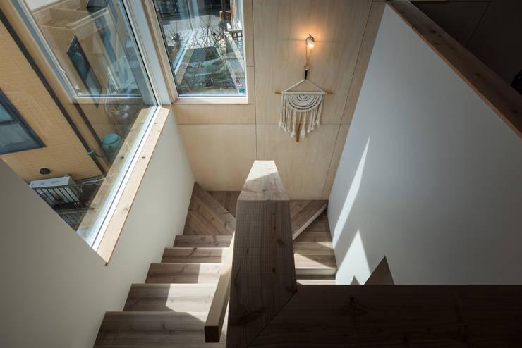 足場板と下地合板による階段: エンジョイワークス一級建築士事務所が手掛けた廊下 & 玄関です。