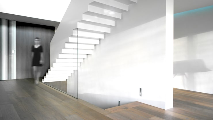 Stahlinnentreppe:  Flur & Diele von form A architekten