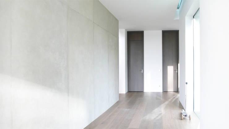 raumhohe Türen:  Flur & Diele von form A architekten