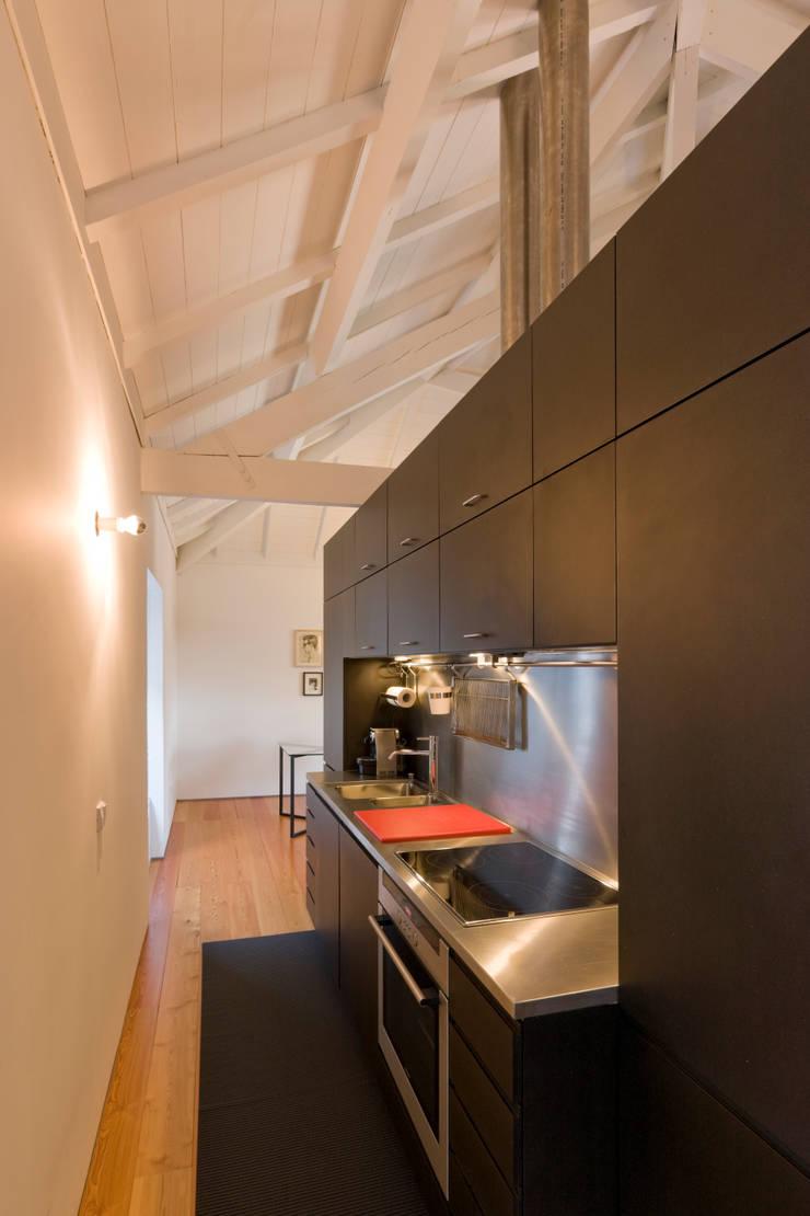 Cozinha: Cozinhas  por Paulo Freitas e Maria João Marques Arquitectos Lda
