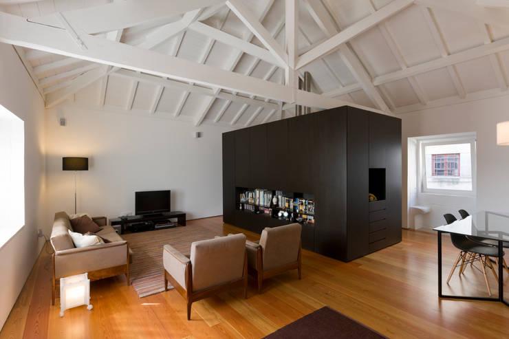 Sala de estar 2: Salas de estar  por Paulo Freitas e Maria João Marques Arquitectos Lda