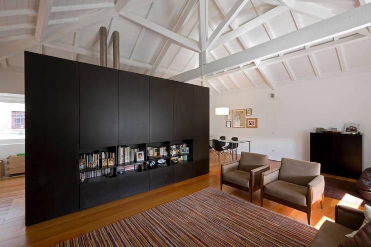 Sala de estar 1: Salas de estar  por Paulo Freitas e Maria João Marques Arquitectos Lda
