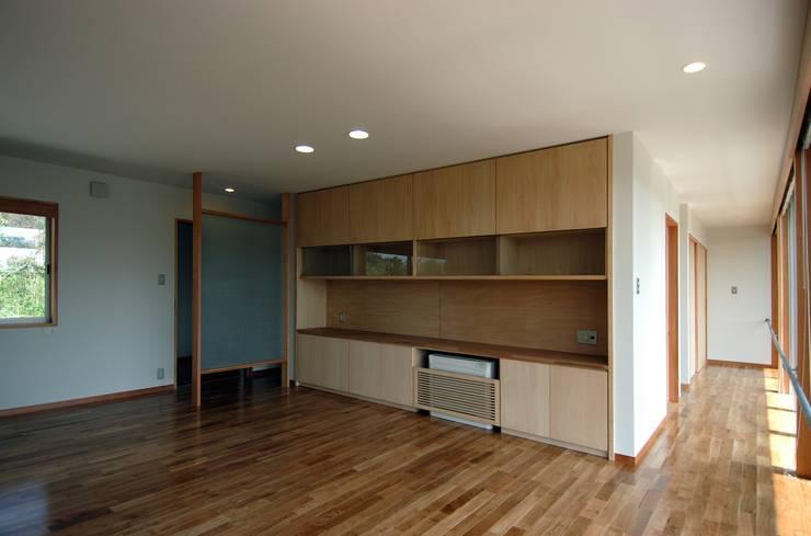 I邸: 長谷雄聖建築設計事務所が手掛けた和室です。
