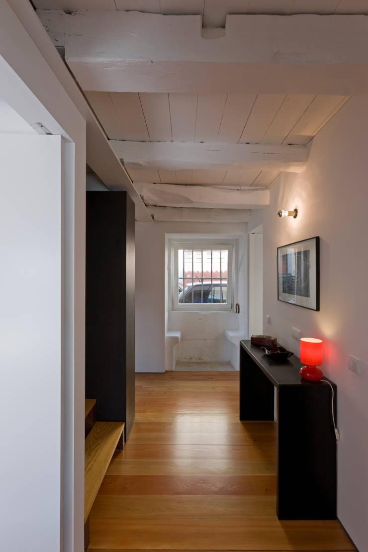 Hall 3: Corredores e halls de entrada  por Paulo Freitas e Maria João Marques Arquitectos Lda