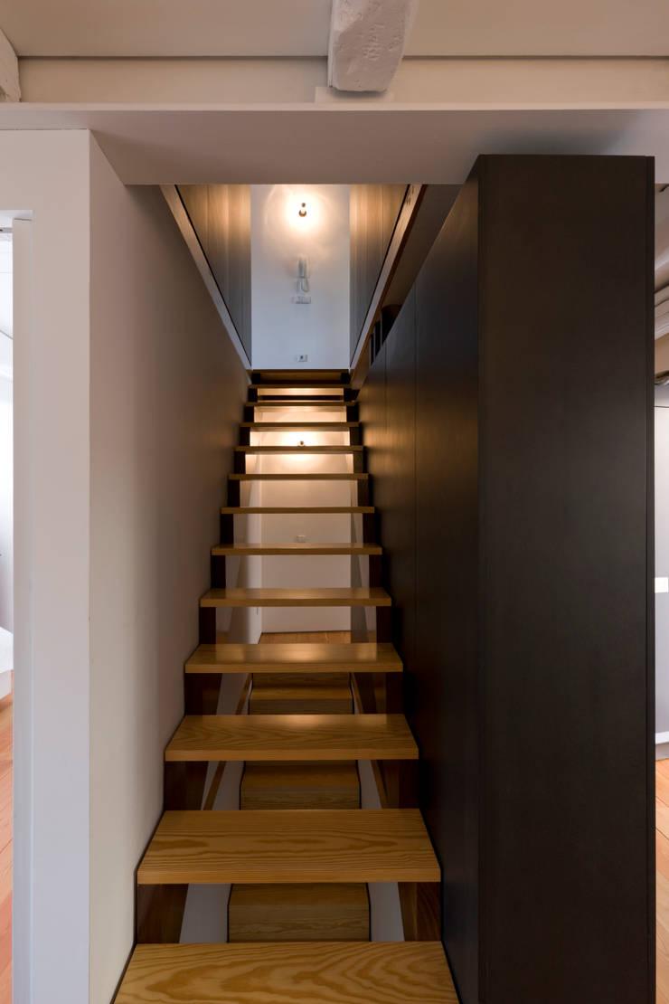 Escadas 1: Corredores e halls de entrada  por Paulo Freitas e Maria João Marques Arquitectos Lda