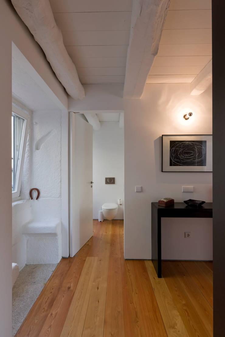 Hall 2: Corredores e halls de entrada  por Paulo Freitas e Maria João Marques Arquitectos Lda