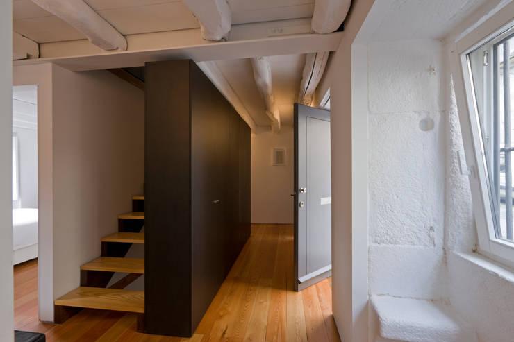 Hall 1: Corredores e halls de entrada  por Paulo Freitas e Maria João Marques Arquitectos Lda