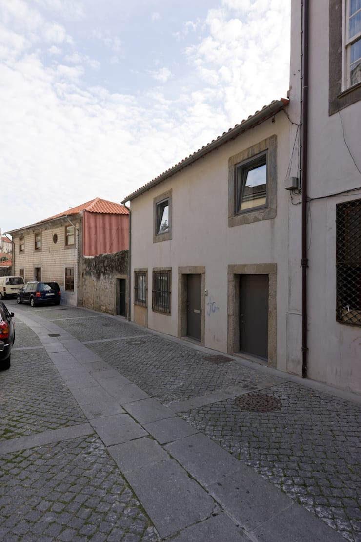 Fachada rua: Casas  por Paulo Freitas e Maria João Marques Arquitectos Lda