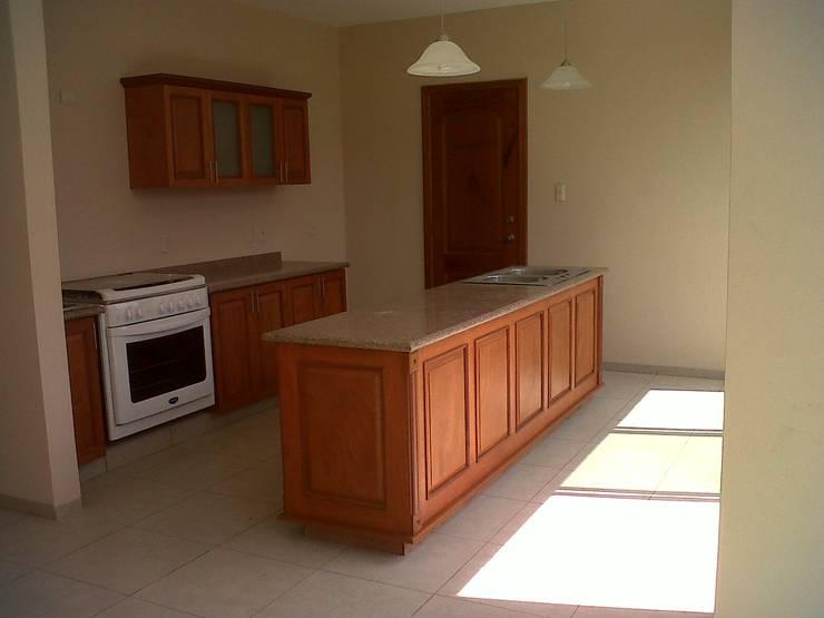 Privada 40 : Cocinas de estilo  por Constructora e Inmobiliaria Catarsis