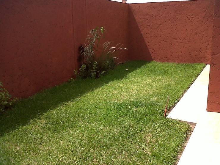 Privada 40 : Jardines de estilo  por Constructora e Inmobiliaria Catarsis