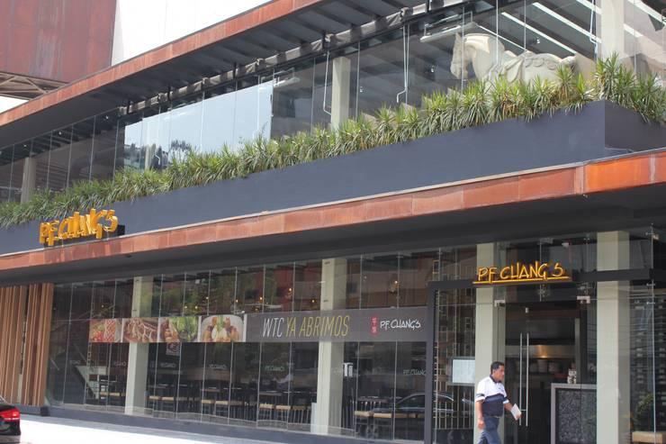 PF. CHANGS WTC: Espacios comerciales de estilo  por Corev de México