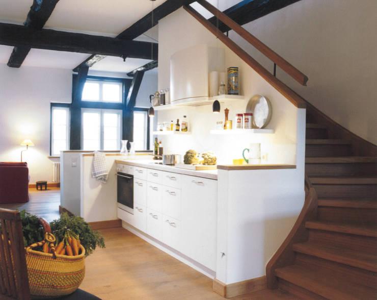 Blick auf Küche und Wohnbereich :  Küche von v. Bismarck Architekt