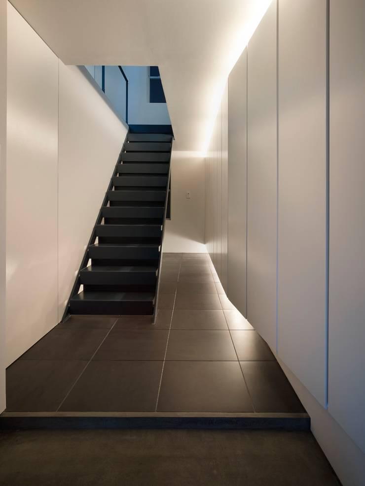 中野坂上のリノベーション: トリノス建築計画が手掛けた廊下 & 玄関です。