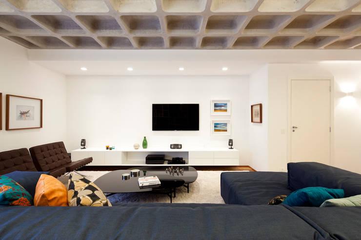 Projeto Araguari: Salas de estar modernas por Stuchi&Leite Projetos