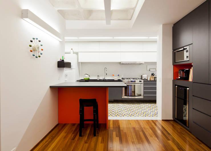 Projeto Araguari: Cozinhas modernas por Stuchi&Leite Projetos