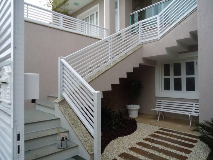 Residência Nádia & Pedro - Área externa: Corredores e halls de entrada  por Kátia Borges - arquitetura+interiores
