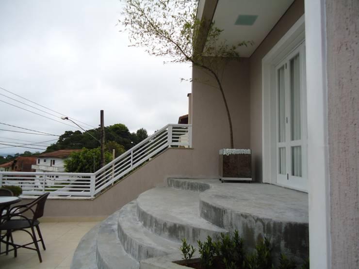 Pasillos y recibidores de estilo  por Kátia Borges - arquitetura+interiores