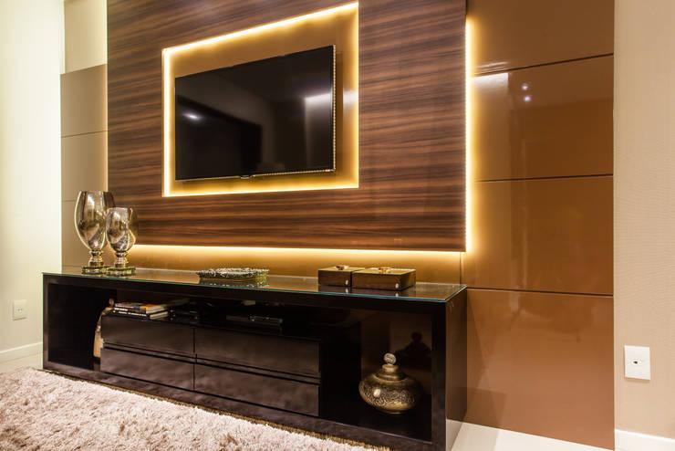 Sofisticação dos materiais: Sala de estar  por msaviarquitetura