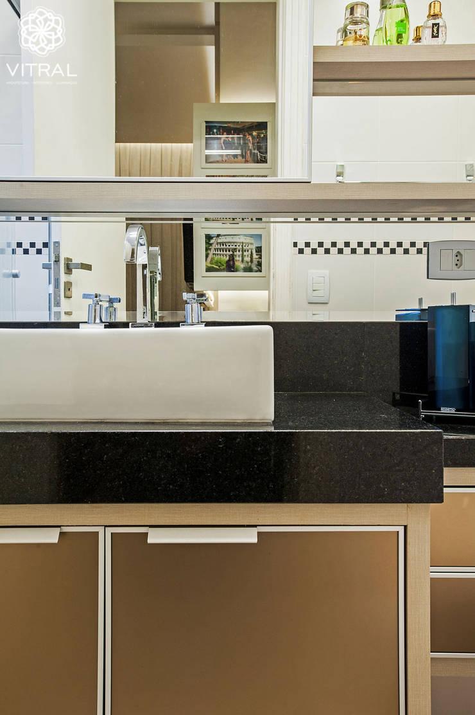 Apartamento C.A.A.: Banheiros  por VITRAL arquitetura . interiores . iluminação,