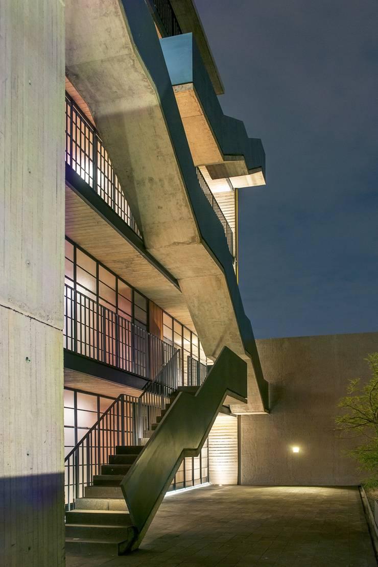 EGL 1916: Pasillos y recibidores de estilo  por Alvaro Moragrega / arquitecto