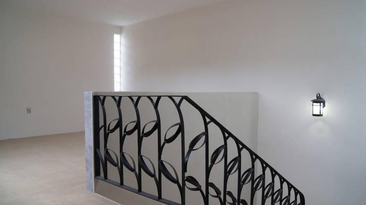 Pasillos y hall de entrada de estilo  por Itech Kali