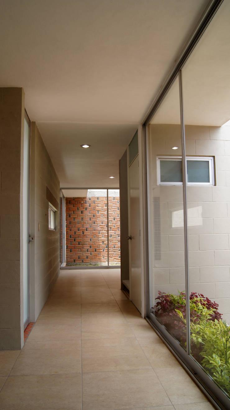Casa Cuayantla: Pasillos y recibidores de estilo  por Itech Kali