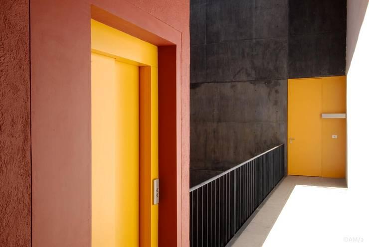 ATENAS 354: Pasillos y recibidores de estilo  por Alvaro Moragrega / arquitecto