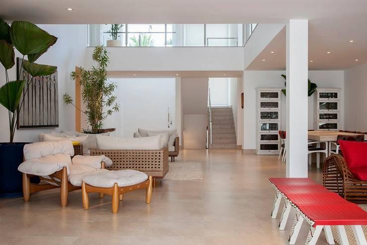 Casa - Praia de Tabatinga: Salas de estar  por Hurban Liv Arquitetura & Interiores
