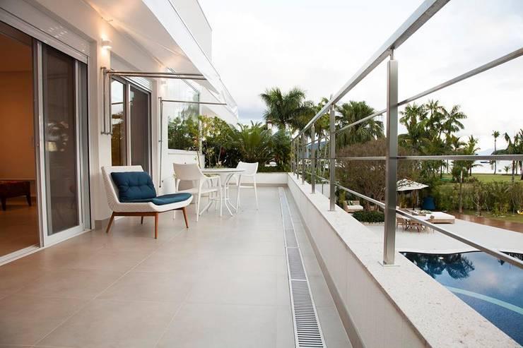 Casa – Praia de Tabatinga: Terraços  por Hurban Liv Arquitetura & Interiores