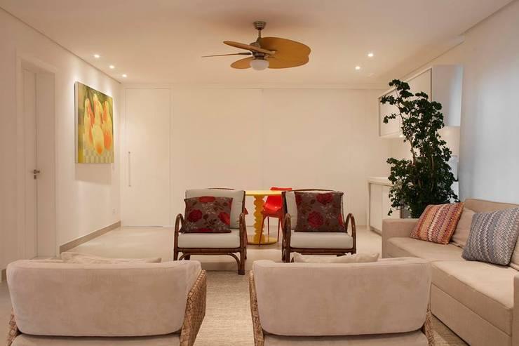 Salas de estar  por Hurban Liv Arquitetura & Interiores