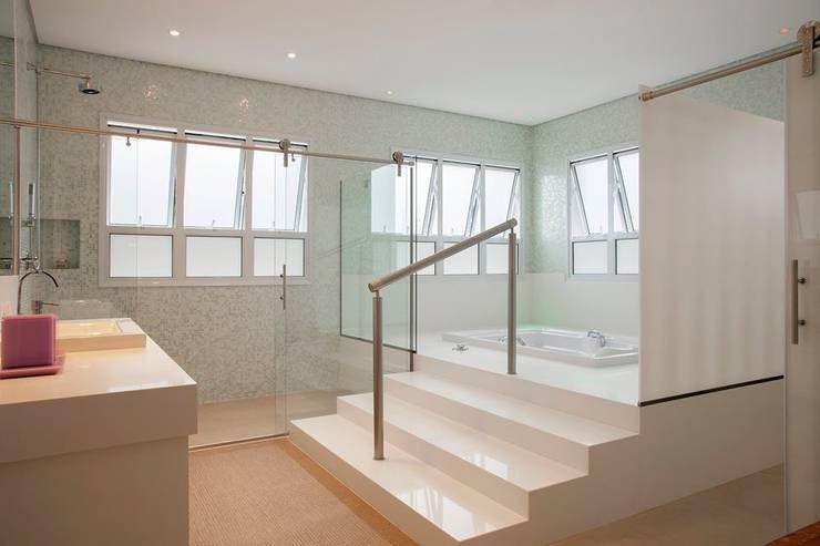 Casa - Praia de Tabatinga: Banheiros  por Hurban Liv Arquitetura & Interiores