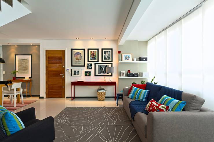 Salas / recibidores de estilo  por Estúdio 102