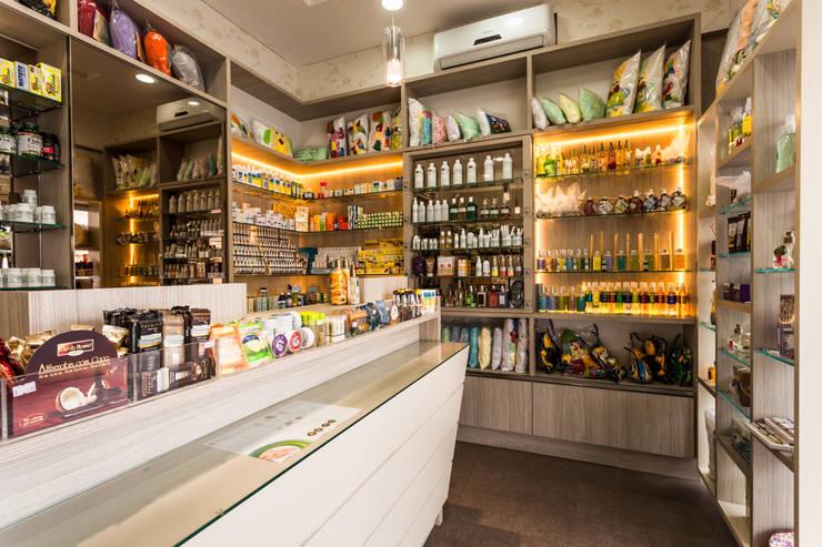Mais espaço e praticidade para a farmácia de manipulação: Escritório e loja  por msaviarquitetura