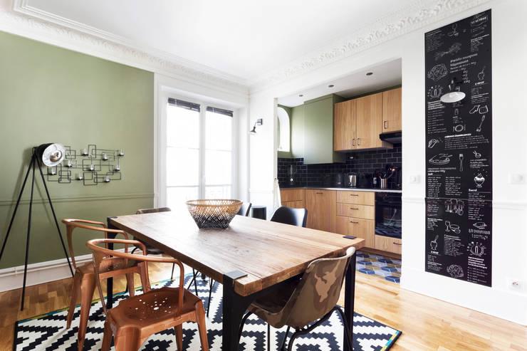 Pièce à vivre : salle à manger et cuisine - Appartement industriel chic & moderne 55m2 - 75010 Paris: Salle à manger de style  par Espaces à Rêver