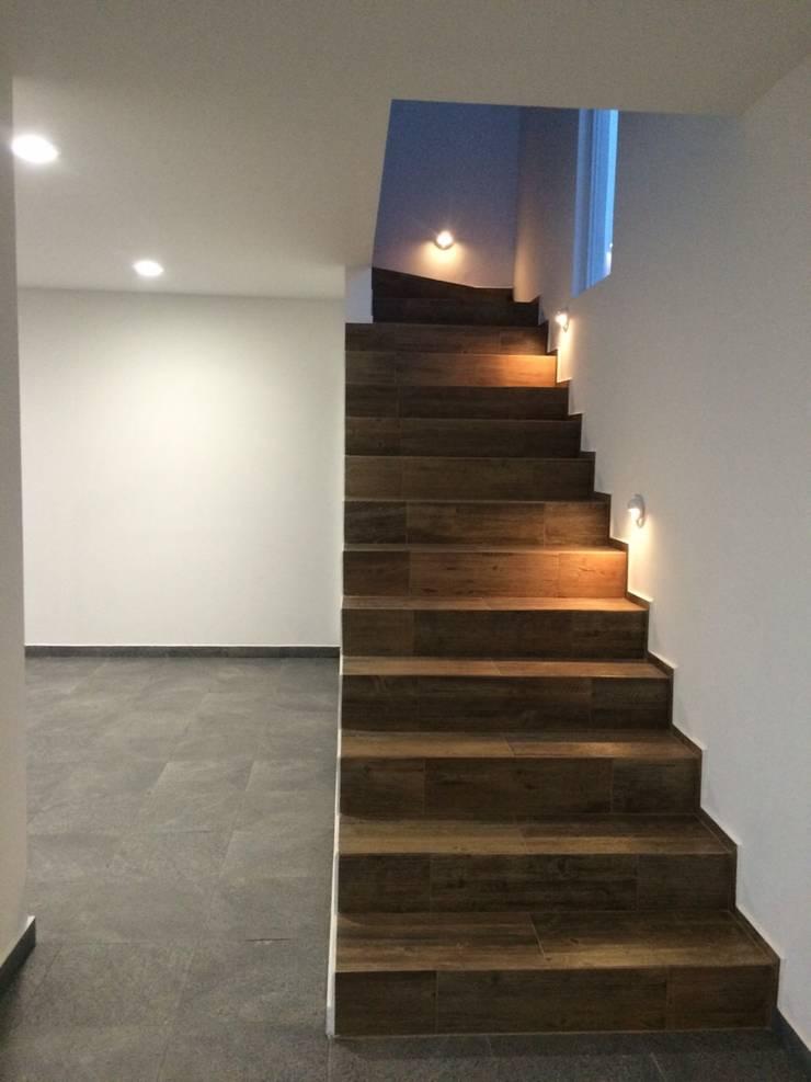 Прихожая, коридор и лестницы в . Автор – JF ARQUITECTOS,