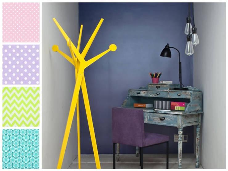 escritorio y silla infantil: Habitaciones infantiles de estilo  por MARIANGEL COGHLAN