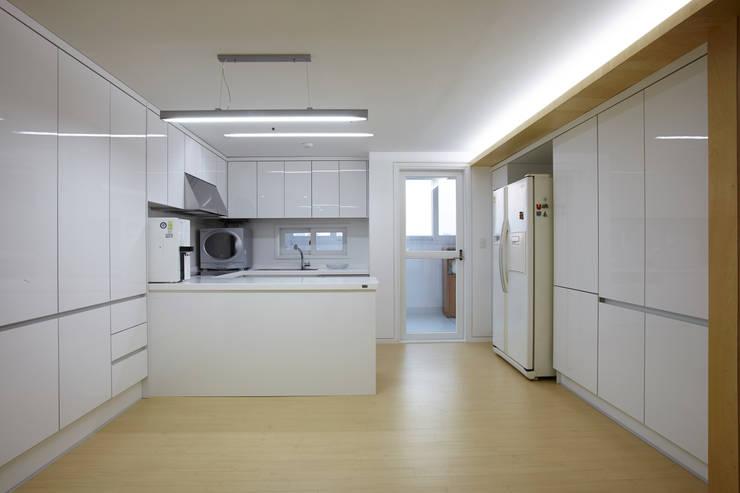 상인동 아파트인테리어: 스마트건축사사무소의  주방