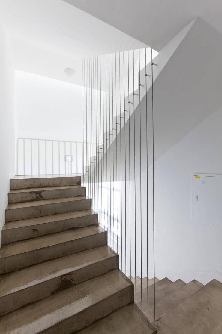 루버하우스: 스마트건축사사무소의  복도 & 현관,모던