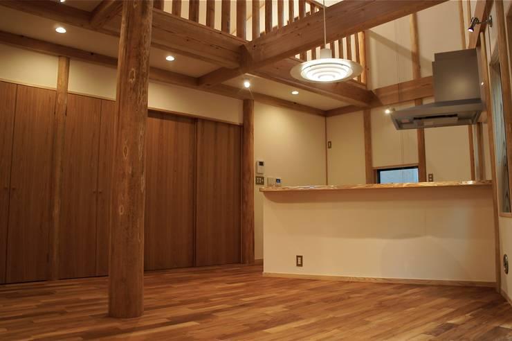 緑区の家: 波多周建築設計が手掛けたリビングです。