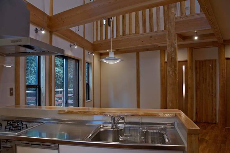 緑区の家: 波多周建築設計が手掛けたキッチンです。