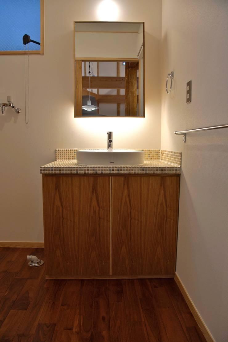 緑区の家: 波多周建築設計が手掛けた浴室です。