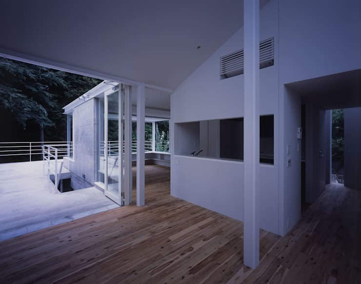 House in Otsu: Junya Toda Architect & Associatesが手掛けたリビングです。