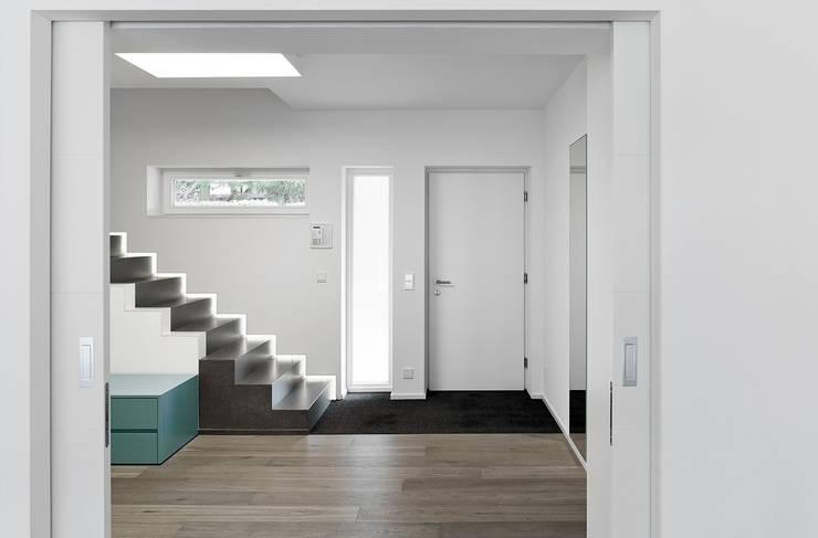 Couloir et hall d'entrée de style  par architektur______linie