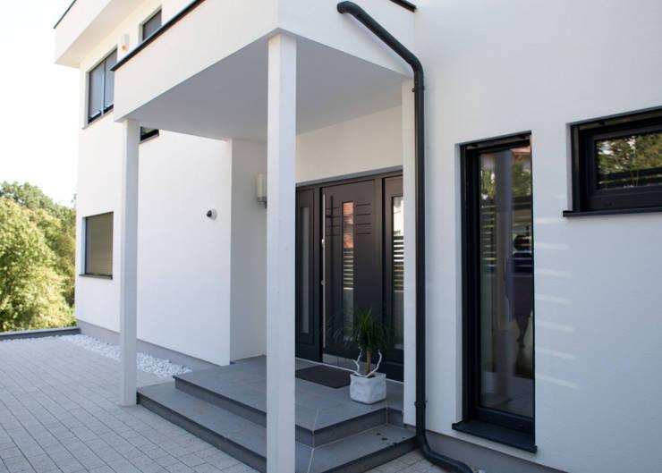 Ventanas de estilo  por ELK Fertighaus GmbH