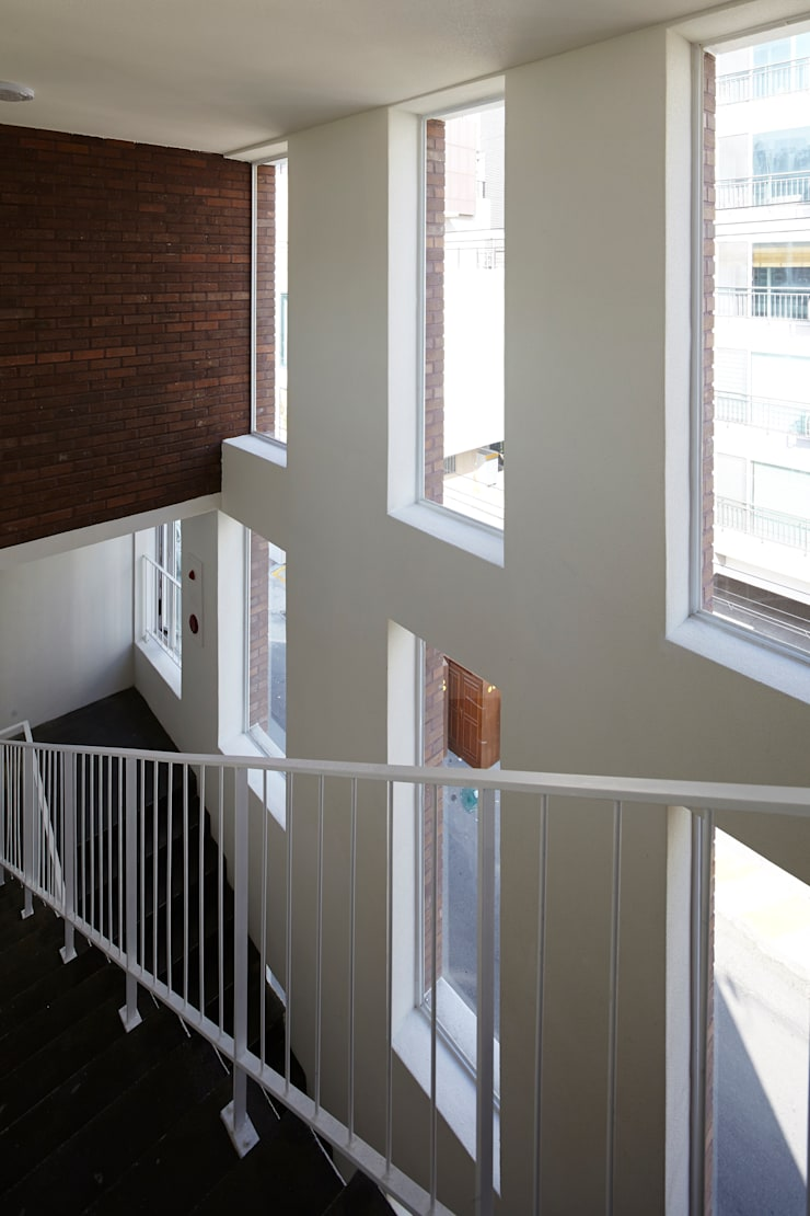 따뜻한 벽돌집: 스마트건축사사무소의  복도 & 현관
